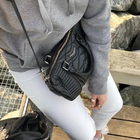 Jeg sælger min højt elskede zadig taske.  Den er både fin, men også god at have med sig, da man kan have den rundt om sig. Pladsen i selve tasken er tilpas og der er plads til alt det man behøver at have med sig.  Tager gerne imod bud!❤️