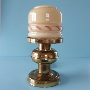 Unik lampe fra APO Randers P315. Kuplen er i opalglas og foden i messing. Måler 32 cm i højden og kuplen måler 14 cm i diameter. I fin stand.