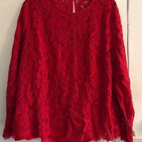 Synes den er lidt mere mat i den røde farve end jeg kunne få frem på billederne. Bluse med isyet top. Brystvidde: 64 cm. X 2. Længde: 66 cm.