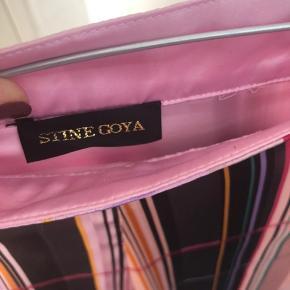 Sælger min elskede Stine Goya nederdel, da jeg ikke får brugt den nok.  Den er brugt få gange og der er få tegn på slid, som kan ses på det sidste billede😁. Nypris: 1400kr Kom gerne med realistiske bud Fragten bliver lagt oveni prisen