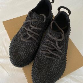Adidas yeezy boost 350 Priste Black fra 2015 (de første) Str. 37 1/3   De er brugt et par gange men fejler absolut intet  Fremstår som nye udover misfarvning af den hvide del på bunden og slid på skriften inden i skoen på den ene sko.   Original boks og kvittering fra Adidas medfølger