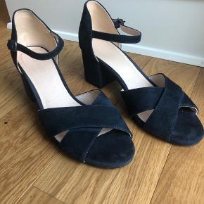 Super smuk sommer-sandal. Kun brugt 1 gang og helt uden brugsspor.   Fantastisk til sommerens fester og lange sommeraftener.   Pris fra nye: 599,-