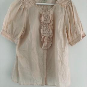 be45586f3bde Utrolig fin og behagelig skjorte   bluse fra Monsoon. Super søde detaljer.  Kun brugt