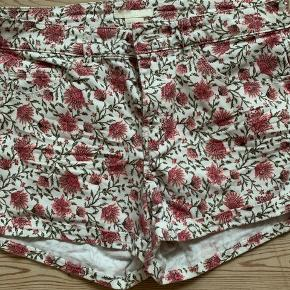 Skønne blomstrede shorts brugt få gange