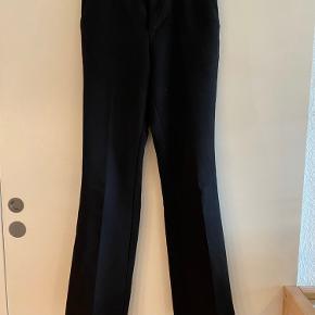 Populære Neo Noir Cassie bukser. Formelle i udtrukket med vidde for neden. Er str. XXS, da de er store i størrelsen. Buksernes stand er brugte, men kan sagtens bringe glæde i noget tid endnu.