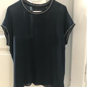 Varetype: T-shirt i silke Farve: Navy Oprindelig købspris: 1200 kr. Prisen angivet er inklusiv forsendelse.  Helt enkel og klassisk t-shirt eller bluse i 100% silke. Den er gennemsigtig, så kræver en top indenuden. Aldrig kommet i brug, derfor sælges den. Jeg sender med DAO.    **** BYTTER IKKKE ****