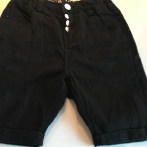 Varetype: Shorts Størrelse: 12år Farve: Sort Oprindelig købspris: 400 kr.  Super fede og bløde shorts, som kun er brugt få gange og fejler intet. Farven snyder lidt på billedet, de er helt sorte.                Bytter ikke og prisen er fast