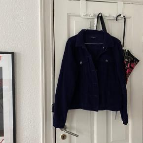 Rigtig pæn mørkeblå jakke i fløjl 🌚 Jakken har snit som en klassisk denimjakke men er i fløjl i stedet. Brugt lidt men super pæn stand 🌊 Fra PIECES i str. m.   Bemærk - afhentes i 8000 eller sendes med dao. Bytter ikke 🌸   ♻️  Jakke frakke fløjlsjakke fløjlsfrakke fløjl blå mørkeblå PIECES