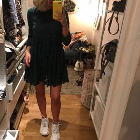 Brugt en gang  Køber betaler fragt 36kr   OBS: DET ER EN BUKSEDRAGT - men ligner en kjole på :)