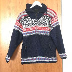 God varm sweater - købet i Island. Mærket er Icewear. Den er foret - så et rigtigt stykke overtøj. Størrelsen er S, men en lille M kan nok også passe den. Prisen er ekskl. porto.