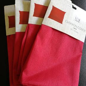 4 helt nye pudebetræk fra Jysk - den store version str 50cm x 50cm.  Postkasse røde. Fejler intet ☺️  Prisen er for dem alle.  Se også gerne mine andre annoncer - mængderabat gives ☀️