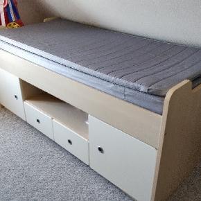 Junior seng med opbevaring i rigtig god stand 🛏