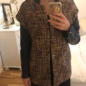Smuk blaire lignende kappe / kimono / jakke.  Smuk over en læderjakke eller en højhalset bluse
