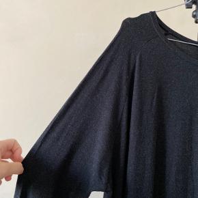 Nr 85  En skøn blød kjole fra Moss Copenhagen. Materialet er 78% Viskose, 17% uld og 5% elastan. Farven er mørkegrå meleret.  Byd endelig - og husk at tjekke mine andre annoncer igennem 😉  Vi kan mødes og handle i København ellers sendes varen med DAO på købers regning 🕊