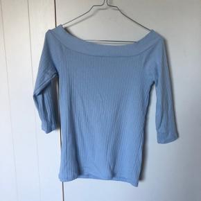 Sælger denne fine sarte blå off-shoulder bluse fra PIECES