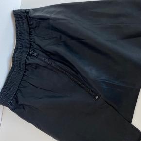 Skind nederdel. Mp 300kr. Str S