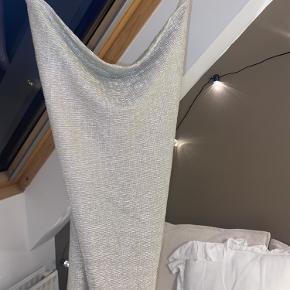 Kjolen er ca knælang. Det er en str. s men den ser meget lille ud fordi den folder når den bare hænger :)