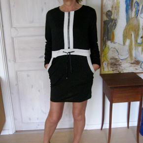 Smuk kjole fra E-Feite. Brugt få gange, velholdt bud fra 100pp + Gebyr handler gerne mobilpay sender med DAO