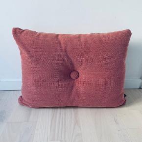 Flotte pude fra hay sælges  Farve: rose Materiale, detaljer:Uld, polyester-fyld Størrelse:45x60 cm Har stået kun til pynt så perfekt stand Sælges til 350kr
