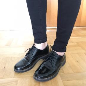 Laksko   Søgeord: Sko, lak, snøre, snøresko, sorte, outfit, mærker, trend, herresko