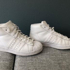 Super fede sneakers som desværre kun er brugt et par gange da de er købt for små 😕. Super stand.   Bud fra 250+ Porto