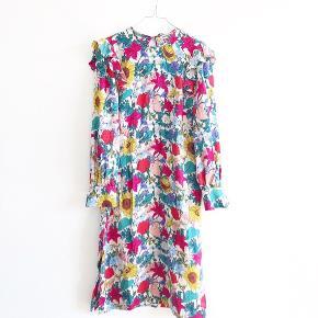 Den smukkeste kjole fra Baum Und Pferdgarten i størrelse 36. Den er brugt en del, hvilket svagt kan fornemmes på kjolen (hovedsageligt i syningen i nakken - skriv for billede). Den har de fineste knapper ved ærmerne og bindes i nakken.   Jeg forbeholder mig retten til at beholde den, hvis den rette pris ikke opnås. Jeg bytter ikke. Køber betaler porto. Jeg sender kun (med DAO). Skriv gerne på annoncen ved interesse, da jeg bedre kan holde overblikket over annoncerne.    Husk også at se mine andre annoncer, da jeg sælger stort ud af mærker som Stine Goya, Custommade og Ganni 🌱