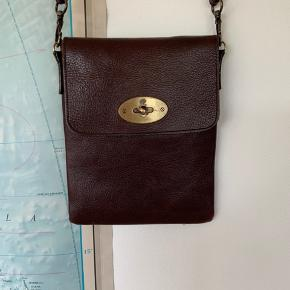Smuk Crossbody taske fra Mulberry. I meget fin stand, på nær uundgåelige slitage på hardware.  Måler 16 x 18 cm.  Tasken sælges for min mor, da hun ikke får den brugt længere.  Kvittering haves desværre ikke længere.