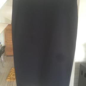 Varetype: Midi Farve: Blå  Super fin nederdel, ser ud som næsten ny men sat til gmb, da syningen forneden er gået op ca. 5 cm. Den ryger ikke ned mår man har nederdelen. Man kan nemt lige give den et par sting i hånden