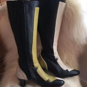 Super lækre skind støvler med flot foer   De er brugt 1-2 gange  -  sælges for en veninde   ;o)