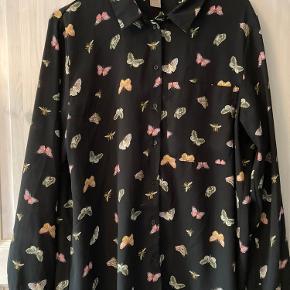 Sort skjorte i chiffon-agtigt stof med print  Passes af M-L