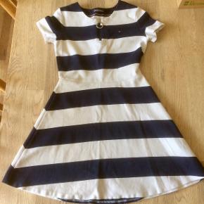 Kun brugt et par gange, så fremstår næsten som ny. Der står str. 164 i kjolen, men den er petit i størrelsen, derfor sat den til en str. 158.  BYD gerne, men ikke under 225 kr.