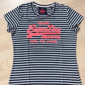 Lækker og let t-shirt fra Superdry Blanding af polyester, viskose og bomuld  Brugt få gange. God pasform. Som alt Superdry lidt mindre i størrelsen, så  den er svarende til en str.L