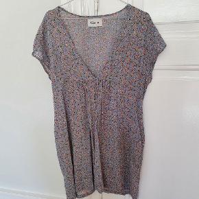 Lyseblå kjole med blomsterprint. Længde 90cm.