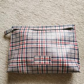 Stor ternet pouch fra Designers Remix.  Størrelse: 39 x 25 x 6 cm. Brugt et par gange men i rigtig god stand.