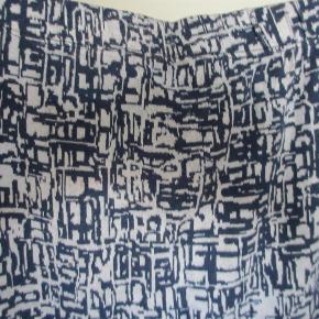 BILLIGT TIL BASISGARDEROBEN!  Tre korte nederdele - sælges samlet. Der er en blå/hvid-mønstret fra Zizzi, en sort med løbegang i taljen, også fra Zizzi, samt en helt enkel sort fra Jackie. Zizzi-delene er str. M, Jackie er str. 48.  Mål og materiale:  Blå/hvid Zizzi: Viscose, polyester, elasthan. Liv 2 x 43-65 cm, længde 56 cm  Sort Zizzi: Viscose, elasthan. Liv 2 x 43-65 cm, længde 51 cm.  Sort Jackie: Polyester, viscose, elasthan. Liv 2 x 51-64 cm, længde 53 cm.  JEG BETALER FORSENDELSEN!  TRE nederdele Farve: Sort og blå