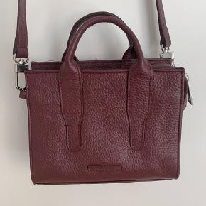 Ny Royal Republiq taske i Bordeaux  Ægte læder  L19 H15 B8 Købt i Magasin  NP 799,-