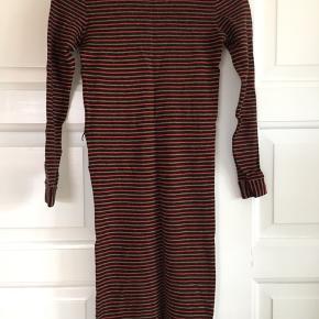 Kjolen har kun været brugt en håndfuld gange. Den er dog blevet vasket og er krøbet, så passer en xs (oprindeligt en small). Bæltet mangler.