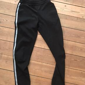 Super fede bukser fra Sisters point. Str. Xs Sorte med glimmer og hvid stribe.  Aldrig brugt.  Nypris 249kr Sælges for 100kr