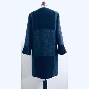 Varetype: Frakke Farve: Sort Oprindelig købspris: 4000 kr. Prisen angivet er inklusiv forsendelse.  Lækker klassisk frakke af ren uld fra Marimekko. Der der står str. S i den. Og det er meningen den skal være oversize.   Mål : Bryst 112 cm. Talje 112 cm. Forneden 123 cm. Længde 97 cm. Ærmelængde 70 cm.