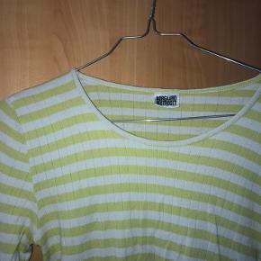 Sælger denne Nørgaard på Strøget langærmede t-shirt. Den er i en lys grøn farve m. hvide striber. Den er brugt, men ikke noget der kan ses.   Spørg endelig, hvis I mangler viden!