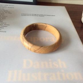 Træ-armbånd.  Ø: ca. 7 cm. (I diameter)  Fast pris.  Mødes og handle på Nørrebro i området: Runddelen, Jægersborggade og Stefansgade. - Ellers plus porto.  Bytter ikke.