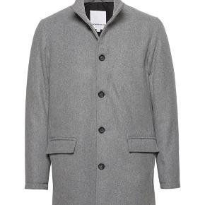 Helt ny herre frakke/jakke, af uld fra Lindbergh. Lysegrå. Perfekt til efteråret. Str M. Stadig med prismærke, np 1300.   Lidt anden model end den på det første billede, se billede to.