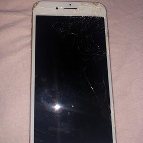 IPhone 7 plus, 32 GB. Skærmen er smadret, men virker fint. Mikrofonen virker ikke. Ellers virker selve telefonen ubeklageligt. Har hverken æske eller andet tilbehør, da det blev væk under flytning ☺️ BYD gerne ☺️