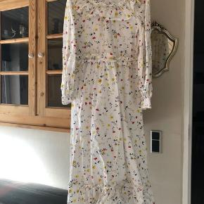 Smukkeste Ganni limited kjole sælges - udsolgt lynhurtigt. Størrelse 34, men kan også sagtens passes af en 36/38, da den er rummelig i størrelse.