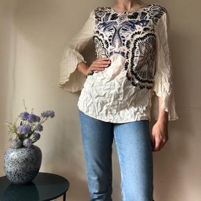 Flot råhvid/beige mønstret bluse i str. 36 med vide ærmer. Aldrig brugt - stadig med prismærke. Nypris: 99 kr. - sælges for 30 kr.