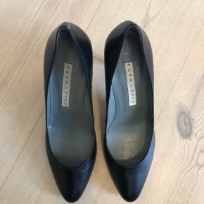 Fine stilletter i sort skind fra Pura Lopez. Aldrig brugt da de desværre blev købt for små. Hælen er ca 10 cm.
