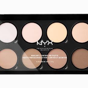 Helt ny aldrig åbnet 🍀  NYX PROFESSIONAL MAKEUP Highlight & Contour Pro Palette  Definér dine ansigtstræk som en professionel med vores genopfyldelige highlight- og konturpalet! Hvert sæt indeholder otte nuancer til highlighting og contouring. De kan skræddersys og er perfekte til at fremhæve dine favorit-ansigtstræk. 🍀🍀🍀