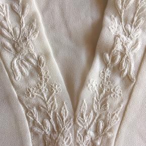 Kjole fra Vila med broderi ✨ Har ikke været brugt, så fremstår som ny. Str. s (men da faconen er løs, er den også perfekt til str. m) 😊 Kan hentes i Aalborg eller sendes