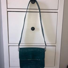 Turkis-grøn taske fra Hvisk. Brugt et par få gange, og har ingen tegn på slid.  Ikke-ryger hjem.  🌸🌺
