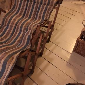 antik foldeseng, gammel gæsteseng, træ med stof betræk. Sengen har stået i kælderen i mange år, så den trænger til en ordentlig omgang med støvsuger/sæbevand. Ellers virker den, som den skal. Bredde 75cm, længde ca. 190cm.  500kr Kan hentes Kbh V.